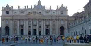 La cadena humana que es va fer, ahir, a Roma, a la plaça de Sant Pere Foto: A.S.