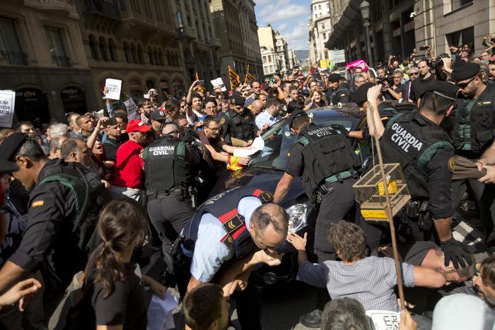 Catalogna: in migliaia protestano a Barcellona