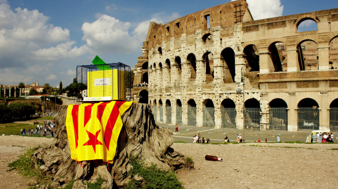 L'urna imprigionata, davanti al Colosseo di Roma
