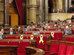 llacos-grocs-al-parlament-pels-presos-politics-5ab6326c6e59c